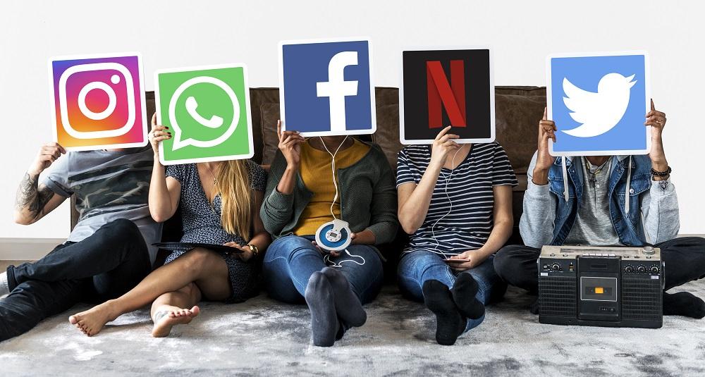 ljudi koji drže ikone društvenih mreža